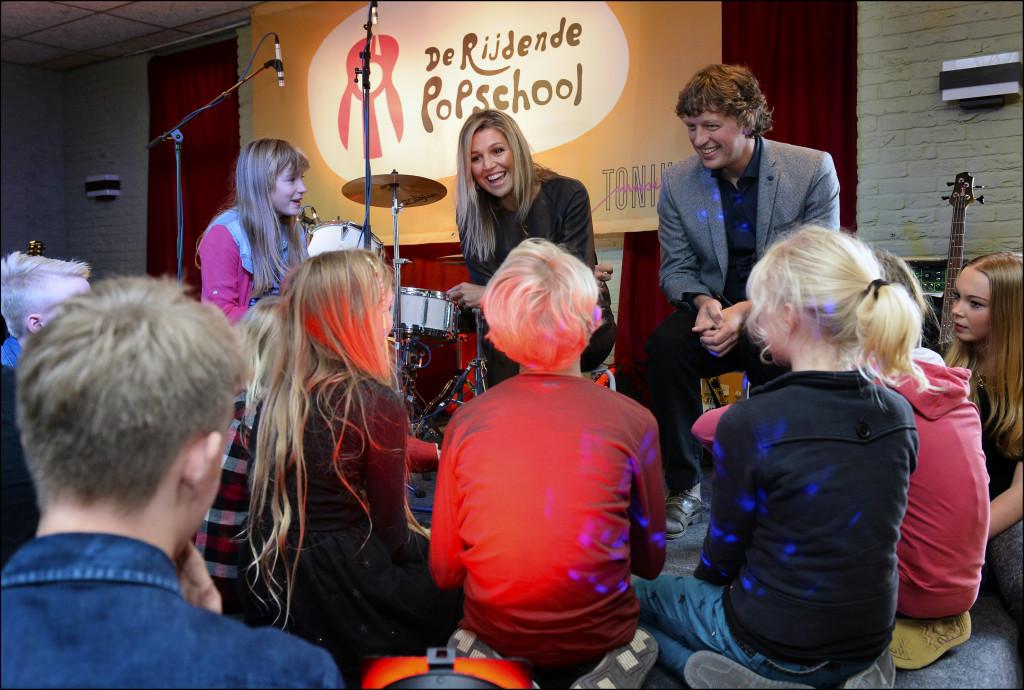 HMK Máxima praat met leerlingen van De Rijdende Popschool in Garmerwolde